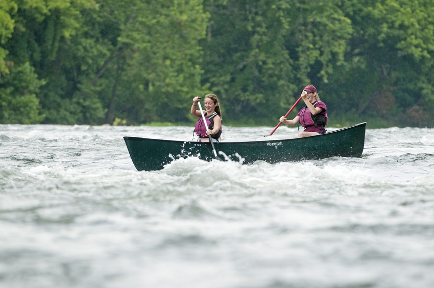 Students go canoeing on the New River with Venture Out.